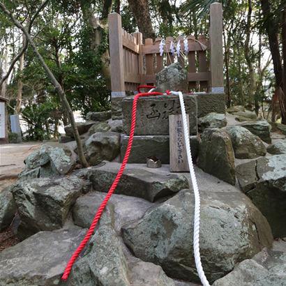 Onokorojima Jinja Shinto Shrine: Sekirei-ishi (Wagtail stone)